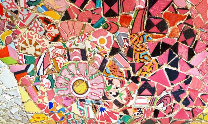 Detalle de uno de los mosaicos del Park Güell de Barcelona. Shutterstock / MarinaD_37