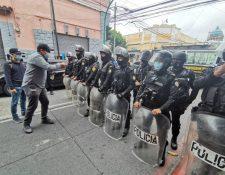 Estudiantes universitarios durante la protesta afuera del Congreso. (Foto Prensa Libre: Miriam Figueroa)