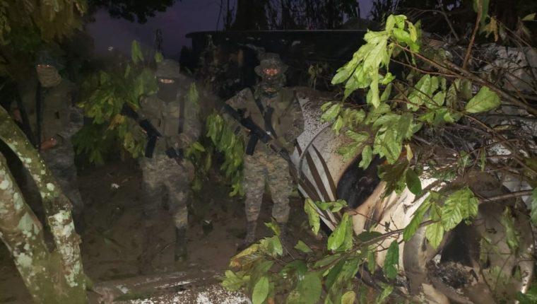 El avión tipo jet Hawker 800 se estrelló la noche del 22 de septiembre en Santa Marta Salinas, Chisec, Alta Verapaz, en donde intentaba aterrizar en una pista clandestina. (Foto Prensa Libre: Ejército de Guatemala)