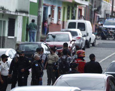Agentes de la Policía Nacional Civil resguardan el área donde ocurrió un ataque armado, en la zona 5 capitalina, con saldo de cuatro muertos. (Foto Prensa Libre: Esbin García)
