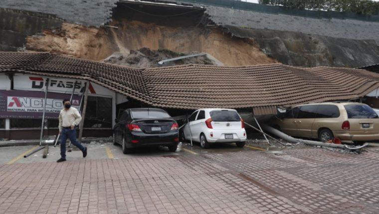 Al menos cuatro personas tuvieron que ser rescatadas de los escombros dejados por un derrumbe en la zona 5 capitalina ocurrido este lunes 14 de septiembre. (Foto Prensa Libre: Fernando Cabrera)