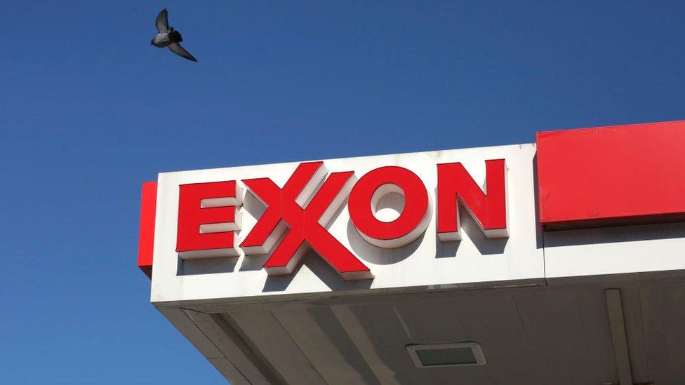 """Qué pasó con ExxonMobil, la que fue la """"empresa más grande"""" de EE.UU. hace unos años y hoy ha perdido más del 60% de su valor"""