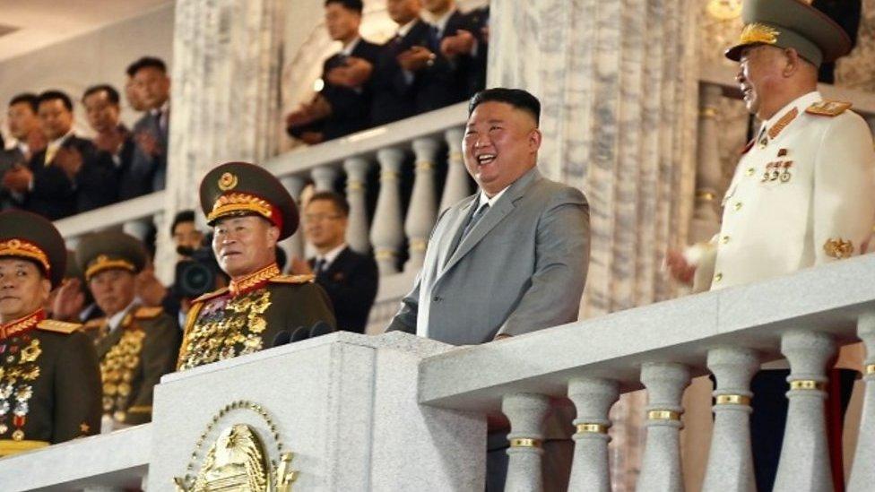 Lo que se sabe del enorme misil que Corea del Norte develó durante un desfile militar