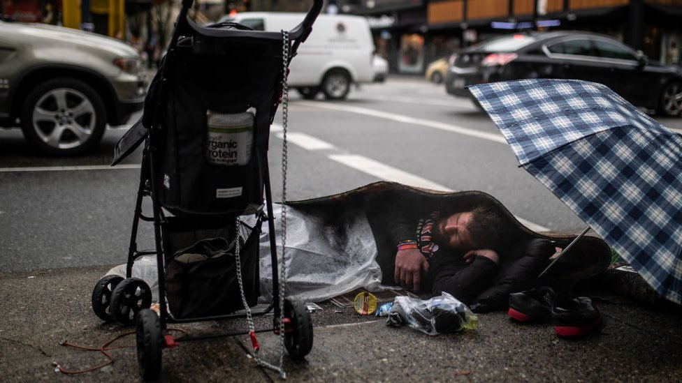 """El proyecto que les dio US$7.500 a personas sin hogar (y sus resultados """"hermosamente sorprendentes"""")"""
