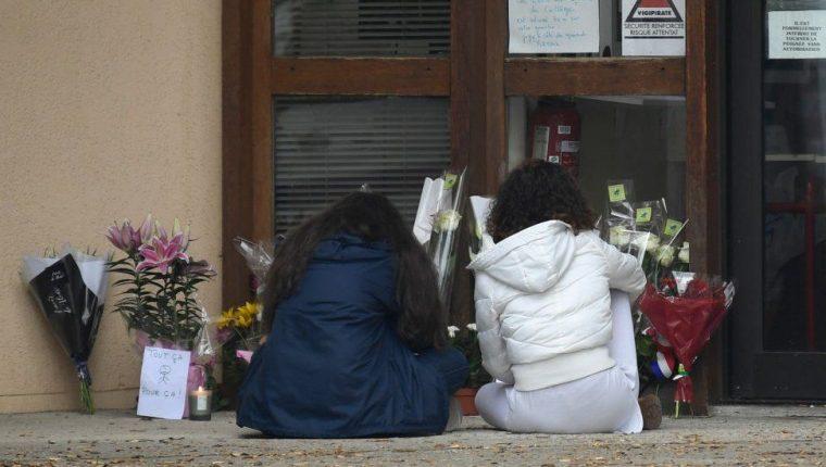 Gente se acercó a la escuela donde daba clases la víctima para dejar flores.