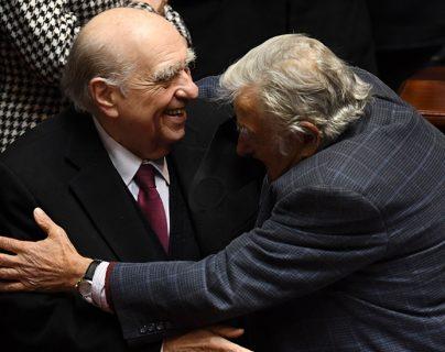 El abrazo de Mujica y Sanguinetti, dos expresidentes rivales en Uruguay elogiados por su gesto ejemplar