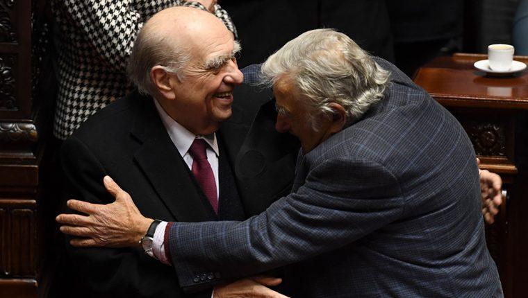 """El abrazo de despedida entre dos rivales históricos: el expresidente conservador Julio María Sanguinetti (izq.) y el exmandatario socialista José """"Pepe"""" Mujica."""