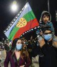 """Muchos celebraron la victoria del """"Apruebo"""" en el plebiscito ondeando la bandera mapuche."""