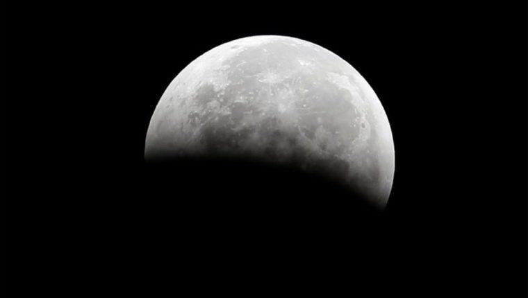 Con la ayuda de un observatorio aéreo, los científicos detectaron moléculas de agua en la Luna,.