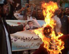 Banderas francesas y retratos y dibujos de Macron han sido quemados en protestas a lo largo del mundo islámico.