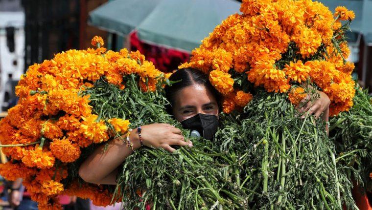 La flor de cempasúchil no puede faltar en las ofrendas y altares mexicanos en el Día de Muertos.