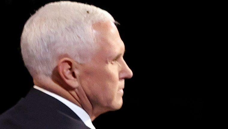 Una mosca posa sobre la cabeza de Mike Pence, vicepresidente de Estados Unidos, durante el debate con Kamala Harris, candidata demócrata. (Foto Prensa Libre: AFP)