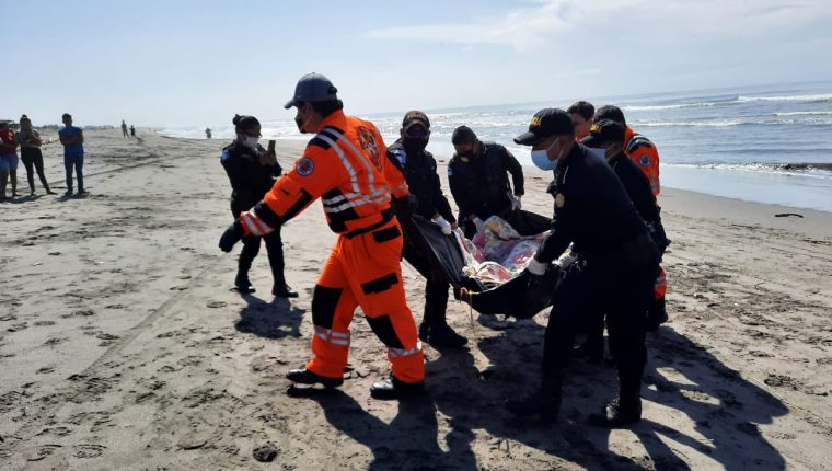 El cadáver de Telmo Anselmo Ramírez fue localizado en las playas de Churirín, Mazatenango, Suchitepéquez. (Foto Prensa Libre: Bomberos Voluntarios)
