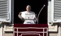 El papa Francisco dirige el rezo del Ángelus en la ventana de su oficina en El Vaticano. (Foto Prensa Libre: EFE)