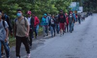 La mayoría de los integrantes de la caravana aseguran que huyen de la pobreza que predomina en el país. (Foto Prensa Libre: EFE)