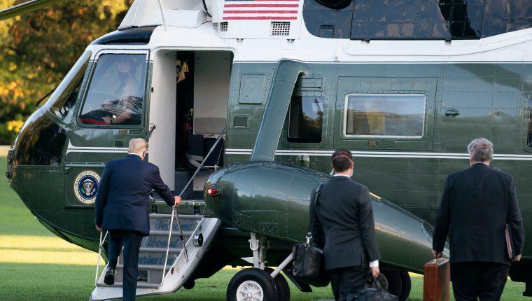 El presidente Donald Trump sale de Casa Blanca caminando con una mascarilla para subir a un helicóptero e ir al hospital. (Foto Prensa Libre: EFE)