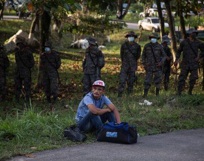 En la pasada caravana el Gobierno de Guatemala movilizó militares para tratar de contener el paso de migrantes hondureños. (Foto Prensa Libre: EFE)