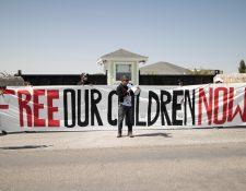 Un integrante de la Red Fronteriza por los Derechos Humanos grita consigna en una protesta en El Paso, Texas, para denunciar los abusos que, en su opinión, se cometen contra los derechos de familias y niños inmigrantes en la frontera sur de los Estados Unidos.  (Foto Prensa Libre: EFE)