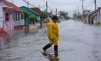 MEX8665. TIZIMIN (MÉXICO), 07/10/2020.- Un habitante de la población de Tizimin camina entre las calles inundadas, este miércoles, a causa de las lluvias torrenciales a unas horas del paso del huracán Delta que se está internado a aguas del Golfo de México, en Tizimin, en el estado de Yucatán (México). El paso del huracán Delta, en categoría 2, por el suroriental estado de Quintana Roo no ha dejado víctimas mortales ni heridos, según el saldo preliminar que ha dado a conocer este miércoles el gobernador de la región, Carlos Joaquín González. EFE/ Cuauhtemoc Moreno