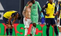 Buenos Aires (Argentina), 08/10/2020.- Lionel Messi (2-L) of Argentina greets Alexander Dominguez goalkeeper of Ecuador after the South American qualifiers for the Qatar 2022 World Cup between the national soccer teams of Argentina and Ecuador, at La Bombonera stadium in Buenos Aires, Argentina, 08 October 2020. (Mundial de Fútbol, Catar) EFE/EPA/Marcelo Endelli / POOL