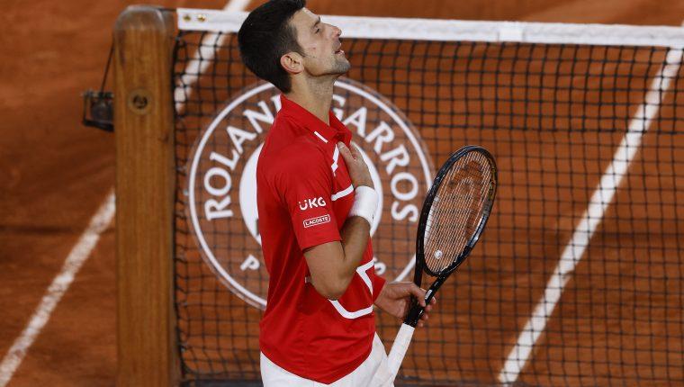Novak Djokovic, número 1 del mundo, evitó la remontada en semifinales de Roland Garros del griego Stefanos Tsitispas. (Foto Prensa Libre: EFE).