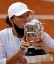 La tenista polaca Iga Swiatek besa el trofeo tras derrotar a Sofia Kenin en la final femenina de Roland Garros. (Foto Prensa Libre: EFE)