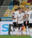 Leon Goretzka de Alemania (al centro) celebra con sus compañeros tras anotar el 2-0 ante Ucrania. (Foto Prensa Libre: EFE)