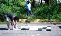 ES1001.LA UNION (EL SALVADOR), 12/10/2020.- Fotografía cedida por el Gobierno de El Salvador que muestra a autoridades de seguridad mientras decomisan drogas, hoy en La Unión (El Salvador). Autoridades de El Salvador decomisaron este lunes en dos procedimientos en diferentes zonas del país 1,2 toneladas de cocaína valoradas en 30 millones de dólares, según lo informó el presidente Nayib Bukele y el ministro de Justicia y Seguridad, Rogelio Rivas. EFE/Gobierno de El Salvador/SOLO USO EDITORIAL/NO VENTAS