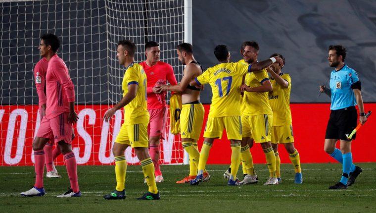 Los jugadores del Cádiz celebran la victoria ante el Real Madrid. (Foto Prensa Libre: EFE)