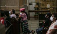 GU7001. CIUDAD DE GUATEMALA (GUATEMALA), 18/10/2020.- Personas asisten a misa en la Catedral Metropolitana de Guatemala, que reabrió el templo con ciertas medidas sanitarias para recibir feligreses, hoy en Ciudad de Guatemala (Guatemala). Los servicios religiosos se activan en el país cuando todavía la mayoría de municipios se encuentran en alerta roja por la cantidad de infectados por coronavirus. el país rebasó los 101,000 casos de enfermos y a las 3.500 personas fallecidas. EFE/Esteban Biba