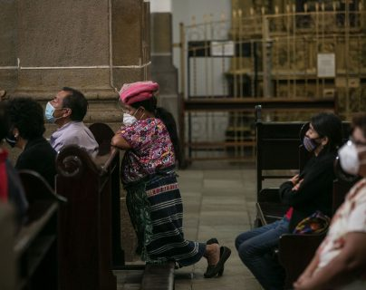 Personas asisten a misa en la Catedral Metropolitana de Guatemala, que reabrió el templo con ciertas medidas sanitarias para recibir feligreses. (Foto Prensa Libre: EFE)