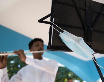 Las mascarillas quirúrgicas ofrecen más protección que las de tela, según estudio. (Foto Prensa Libre: EFE)