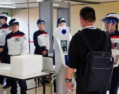 Personal de seguridad de los Juegos Olímpicos de Tokio 2020 durante las pruebas de los protocolos contra el coronavirus. (Prensa Libre: EFE)