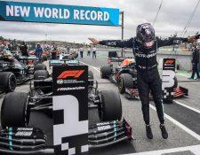 El piloto británico Lewis Hamilton de Mercedes-AMG Petronas, celebra tras ganar el Gran Premio de Portugal y superar a Schumacher como piloto con más victorias en la F1. (Foto Prensa Libre: EFE)