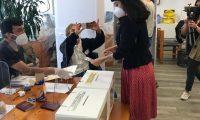 AME3665. MÉXICO (MÉXICO), 25/10/2020.- Fotografía cedida por la cancillería de Chile que muestra a cantante chilena Mon Laferte mientras vota en el plebiscito constitucional en Chile hoy, en México. Cerca de 14,8 millones de chilenos decidirán en las urnas si quieren o no reemplazar la actual Carta Magna, heredada de la dictadura de Augusto Pinochet (1973-1990), y qué tipo de órgano debería redactar el nuevo texto. EFE/ Cancillería Chile SOLO USO EDITORIAL NO VENTAS
