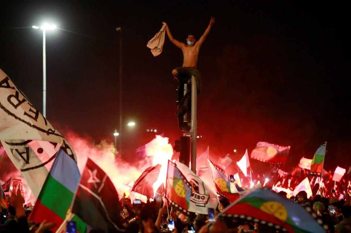 Chile aprueba con una aplastante mayoría redactar una nueva Constitución y salen a festejar a las calles