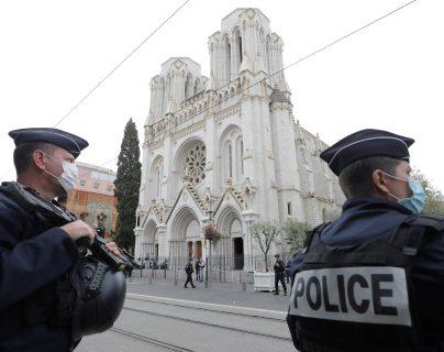 Oficiales de policía montan guardia en la escena en donde un hombre mató a tres personas en la Iglesia Notre Dame en Niza, Francia. (Foto Prensa Libre: EFE)