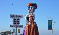 AME4780. SANTA MÓNICA (ESTADOS UNIDOS), 31/10/2020.- Catrinas gigantes adornan hoy el muelle turístico de Santa Mónica, California (EE.UU.). Más de una docena de figuras gigantes de Catrina, la representación folclórica de la muerte en México, engalanan desde este sábado y hasta el lunes dos importantes atracciones turísticas en Santa Mónica, al oeste de Los Ángeles (EE.UU.), como parte de la celebración del tradicional Día de los Muertos. EFE/Luis Uribe
