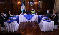 Foto divulgada por la Presidencia de una reunión entre funcionarios en torno a la reactivación económica y la segunda ola de contagios de coronavirus.