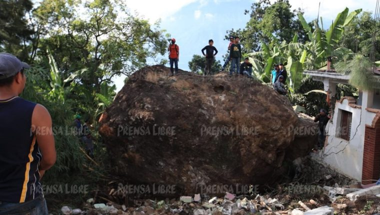 Una gigantesca piedra sorprendió a vecinos del barrio número uno de San Marcos La Laguna, Sololá, donde cuatro personas perdieron la vida. (Foto Prensa Libre: Carlos Hernández Ovalle)