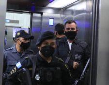 Alejandro Sinibaldi, exministro vinculado a corrupción, abandona la Torre de Tribunales. (Foto Prensa Libre: Juan Diego González)