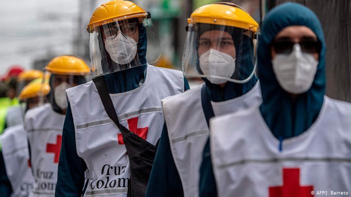 Las gotitas de saliva que se expanden con el aire son una de las principales fuentes de contagio del coronavirus, advierten científicos. (Foto: AFP)