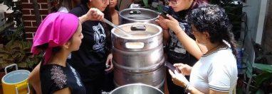 Mujeres cerveceras en Cali, Colombia, elaborando una cerveza American Pale Ale con adición de mora, a la vista de público interesado.