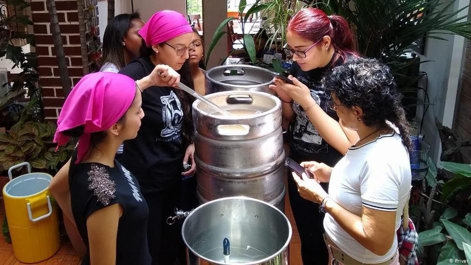 Mujeres cerveceras en acción: agua, malta, lúpulo, levadura y ¡salud!