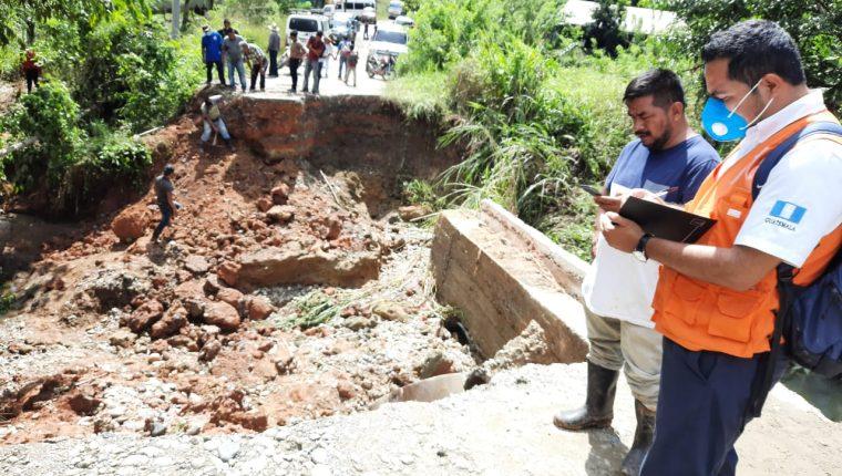 Personal de la Conred verifica los daños por el desbordamiento del río Chitalom, en Ixcán, Quiché. (Foto Prensa Libre: Conred)