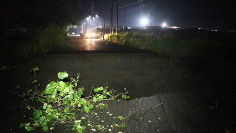 Un tramo de la circunvalación que va de Escuintla a Taxisco, Santa Rosa, quedó interrumpido a causa de la lluvia. (Foto Prensa Libre: Carlos Paredes)