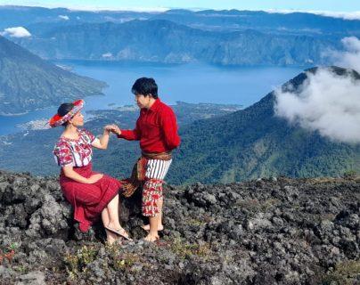 La oración de la cumbre desde una vista impresionante con el Lago de Atitlán de fondo