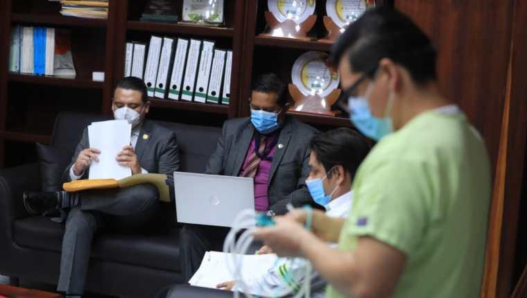 Fredy Chojolán, director de Caminos, fue atendido por un enfermero antes de la reunión con Óscar Dávila, Comisionado Presidencial Contra la Corrupción. (Foto Prensa Libre: Juan Diego González)