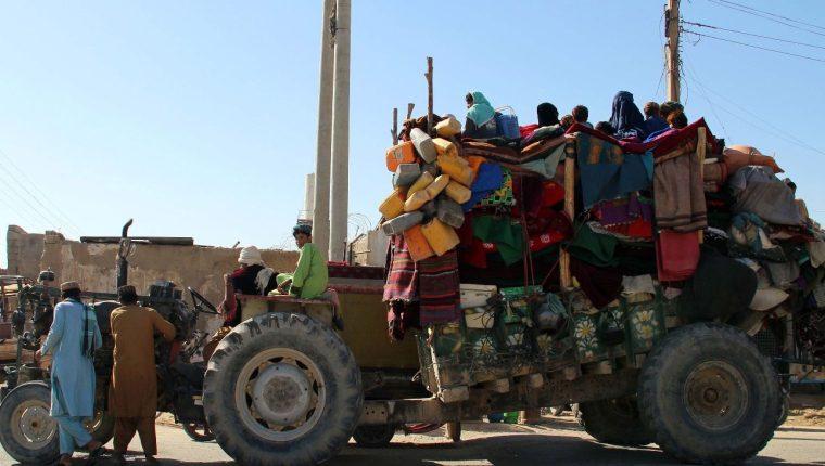Los afganos huyen de sus aldeas después de que se intensificaran los combates entre militantes talibanes y las fuerzas de seguridad. (Foto Prensa Libe: EFE)