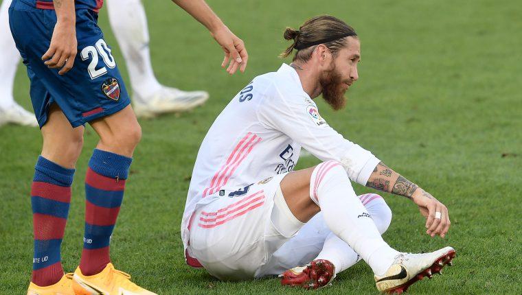 Sergio Ramos podría ser uno de los ausentes en el debut madridista en la Liga de Campeones. (Foto Prensa Libre: AFP)